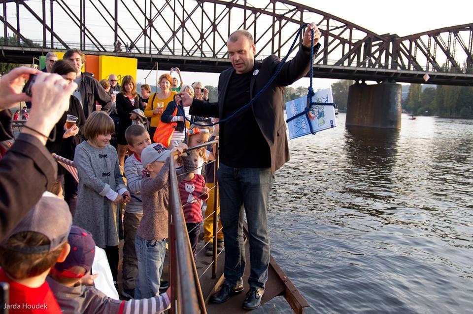 Kmotr Petr Rychlý se chystá knihu pokřtít ve Vltavě. Fotila Hanina Veselá