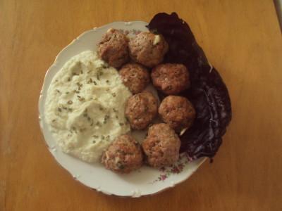 Pečené české karbanátky s květákovou kaší s pažitkou a se zelím je výborná kombinace.